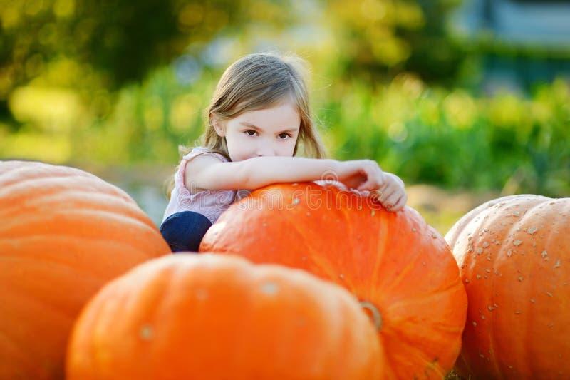 Download Тыква прелестный обнимать маленькой девочки большая Стоковое Изображение - изображение насчитывающей огромно, фонарик: 41660511