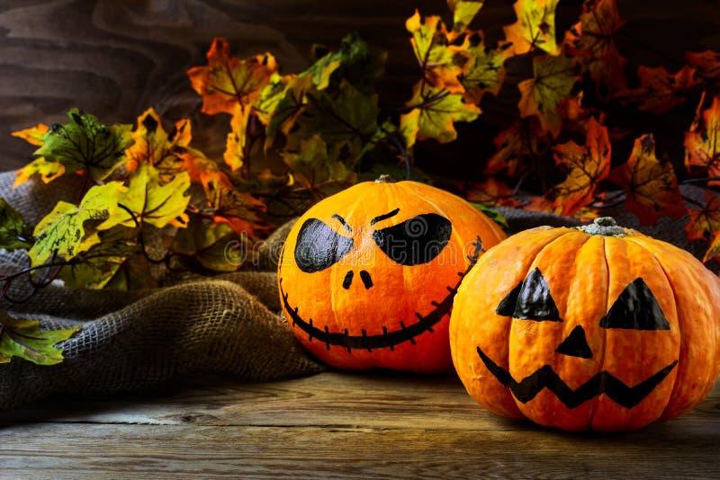Тыква символа хеллоуина усмехаясь на темной деревенской предпосылке стоковые фотографии rf