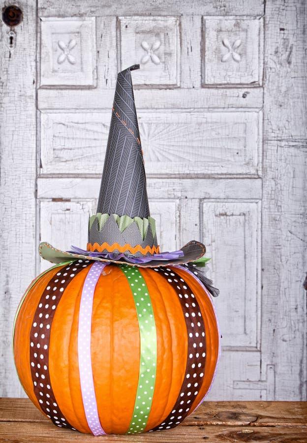 Тыква украшенная с шлемом тесемки и ведьм стоковое изображение