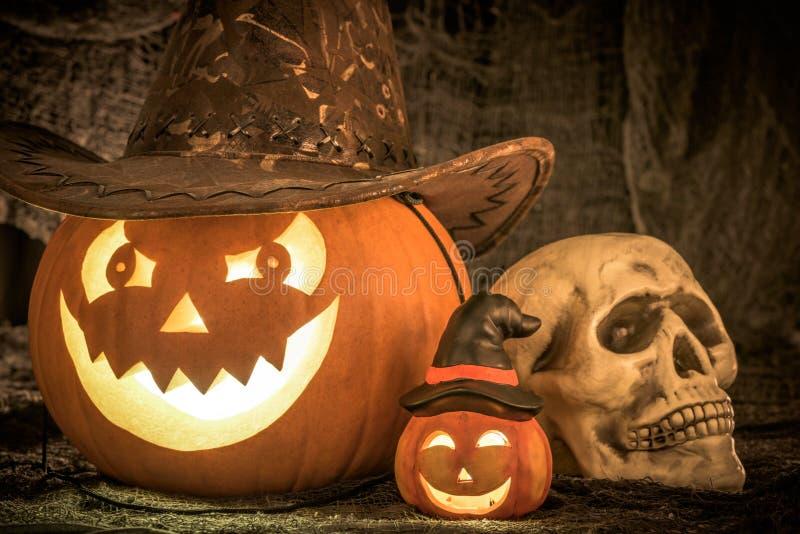Тыква хеллоуина и человеческий череп стоковые фотографии rf