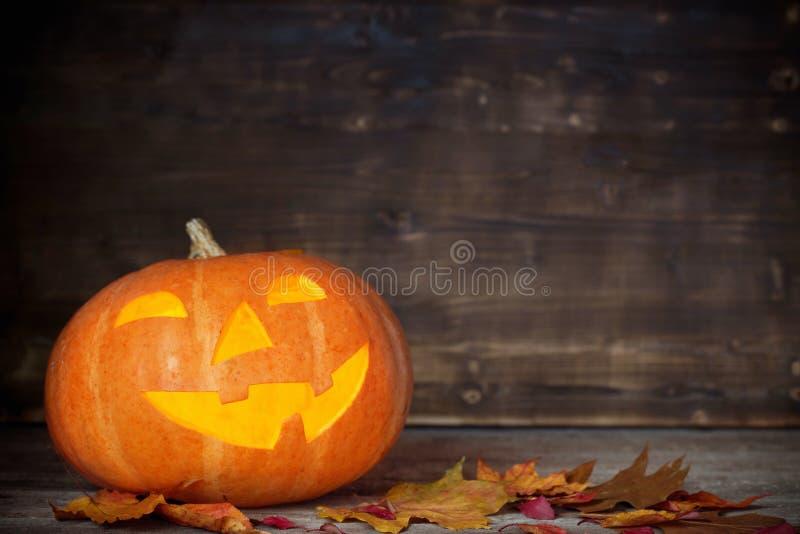 Тыква хеллоуина на деревянной предпосылке стоковые изображения
