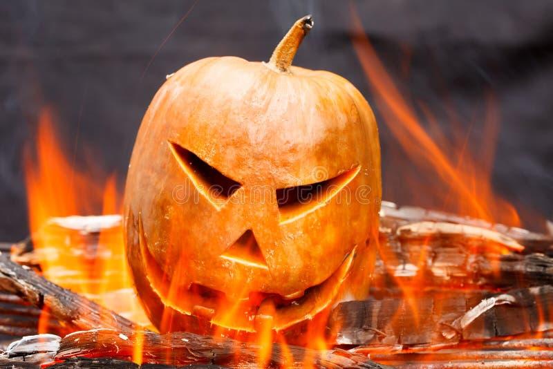 Тыква хеллоуина в горячем горящем огне ада стоковые фотографии rf
