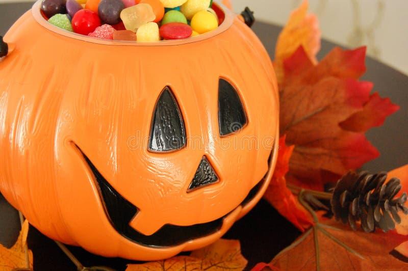 Тыква хеллоуина с конфетой стоковое изображение rf
