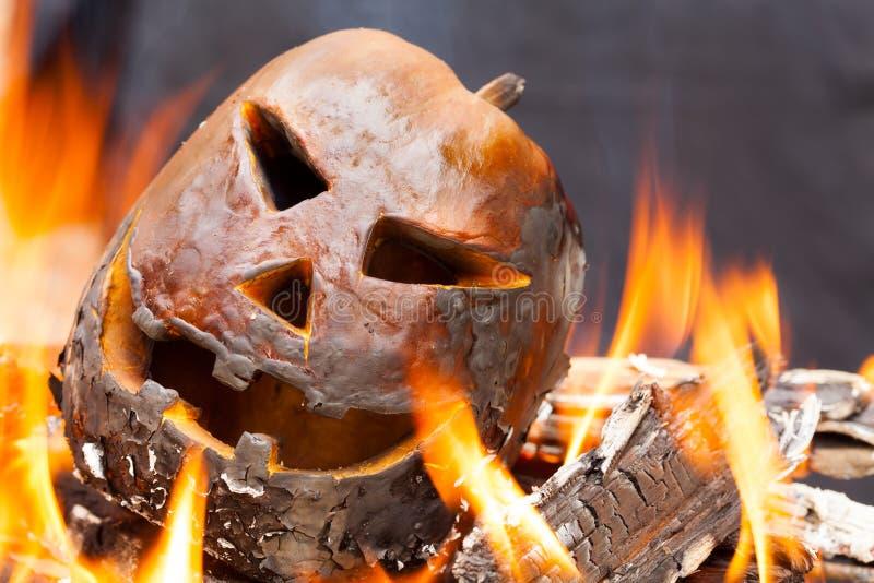 Тыква хеллоуина с пламенами огня стоковые фотографии rf