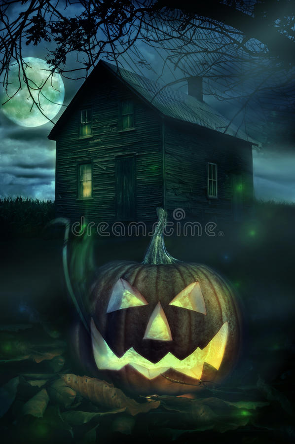 Тыква Halloween перед пугающий домом стоковое изображение rf