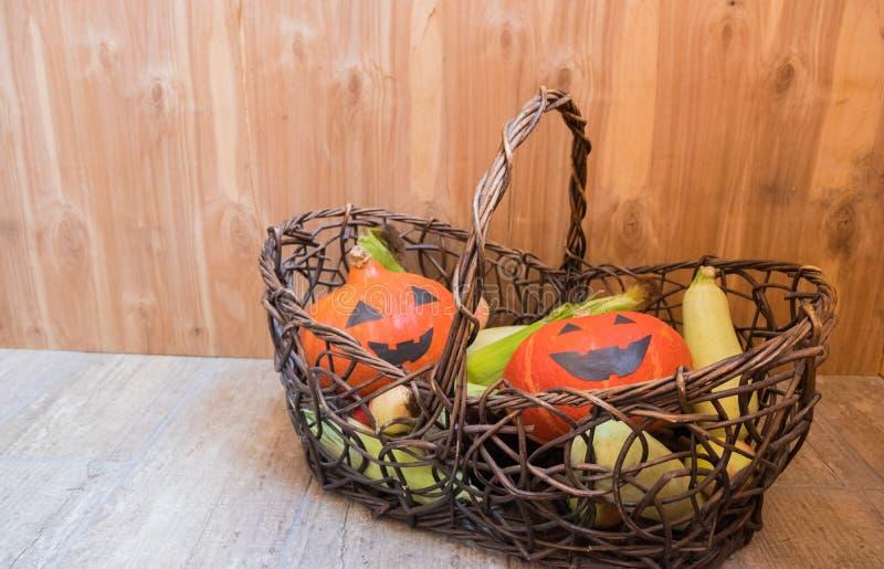 Тыквы и падение жмут декоративные овощи в плетеной корзине для украшения благодарения стоковое фото