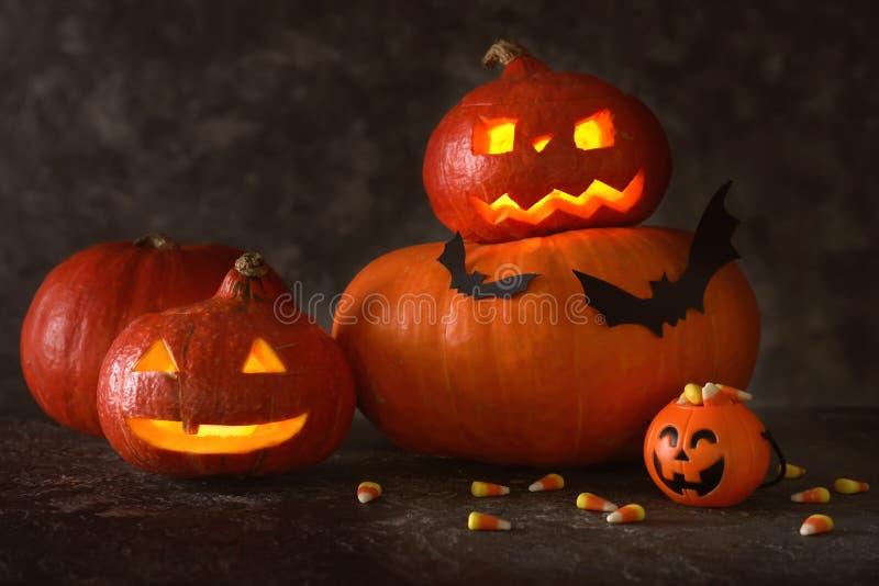 Тыквы хеллоуина с конфетами на темной предпосылке стоковая фотография