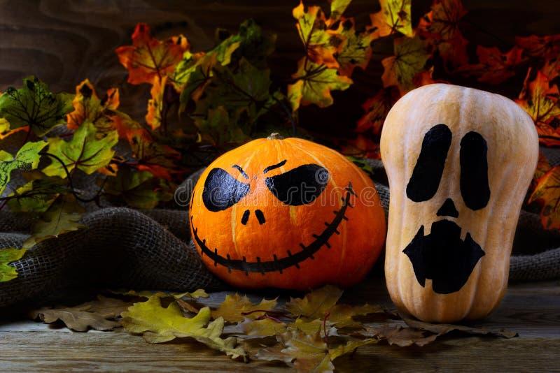 Тыквы хеллоуина скупые Джека на темной деревенской предпосылке стоковое изображение