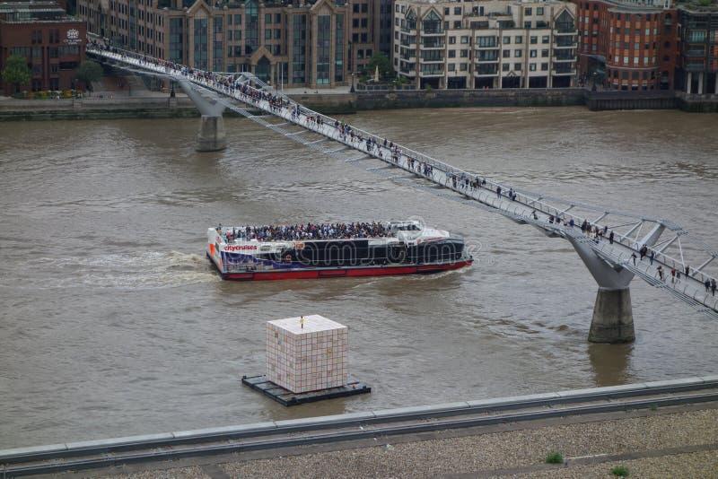 тысячелетие london моста стоковое изображение rf