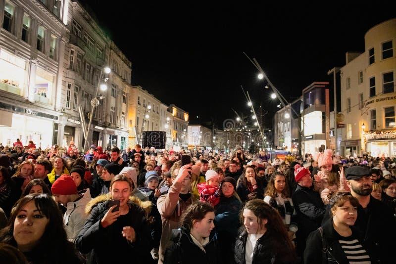 Тысячи людей собирают в улице St. Patrick для того чтобы видеть поворачивать дальше светов рождества стоковая фотография rf