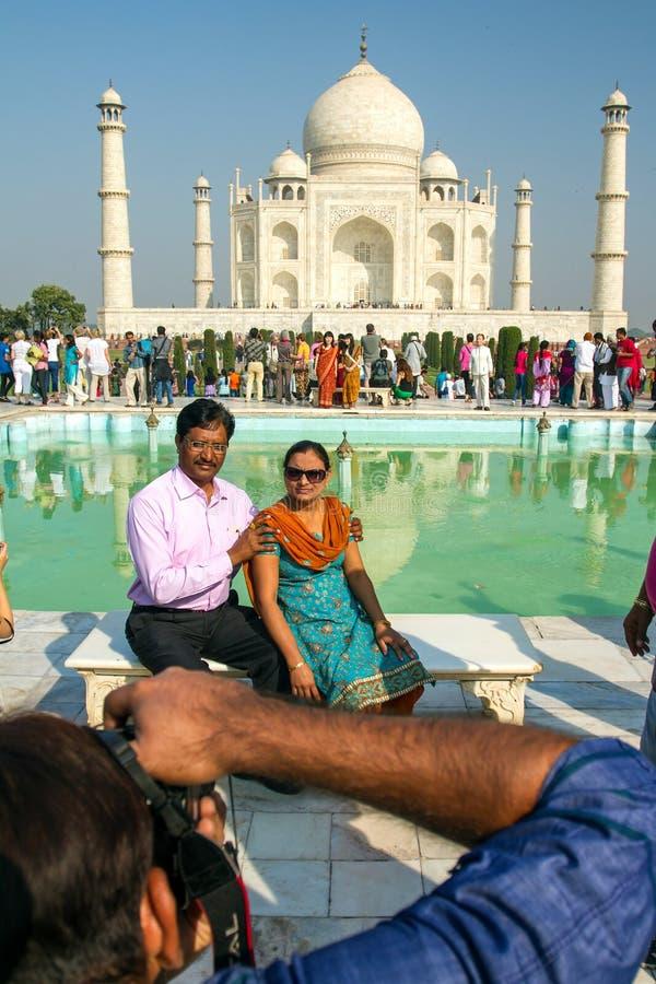 Тысячи посещения туристов ежедневные Тадж-Махал стоковое изображение rf