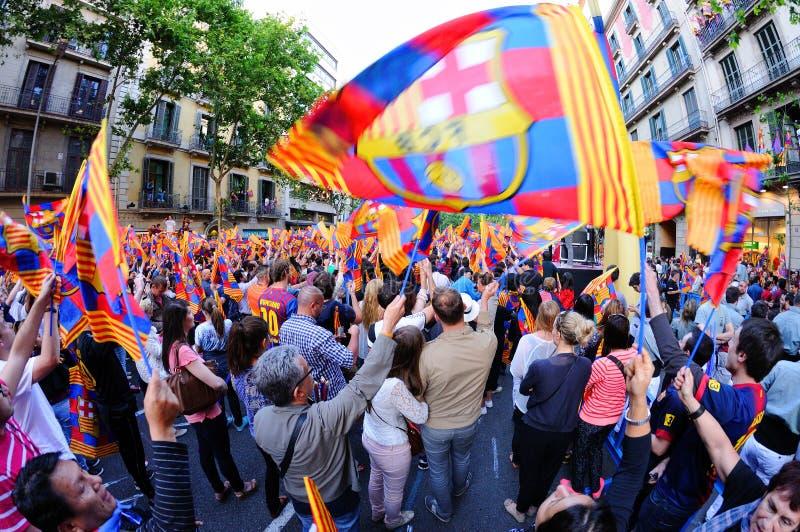 Тысячи сторонников F.C Барселоны, празднуют с флагами испанскую победу лиги стоковое изображение
