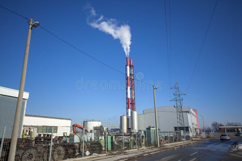 ТЭЦ - энергоблоки с дымом стоковые фото