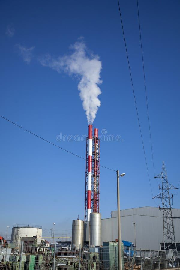 ТЭЦ - энергоблоки с дымом стоковые изображения