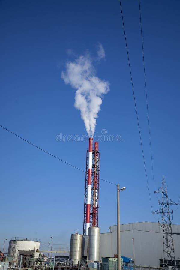 ТЭЦ - энергоблоки с дымом стоковое фото rf