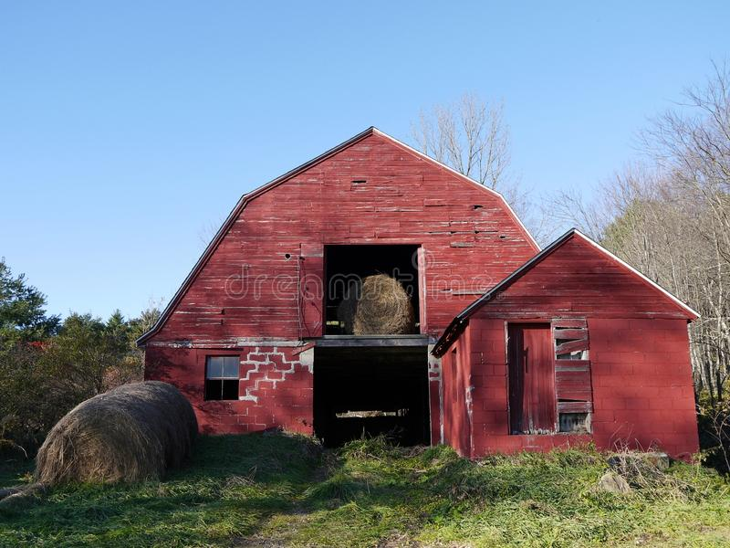 тюкует красный цвет сена фермы амбара старый стоковые изображения
