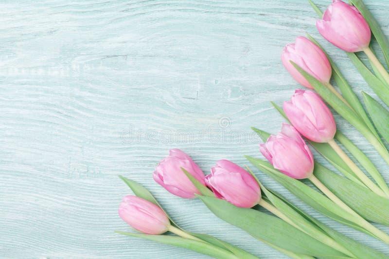 Тюльпаны весны на 8-ое марта, международный день женщины или матерей Красивая поздравительная открытка Взгляд сверху стоковые изображения