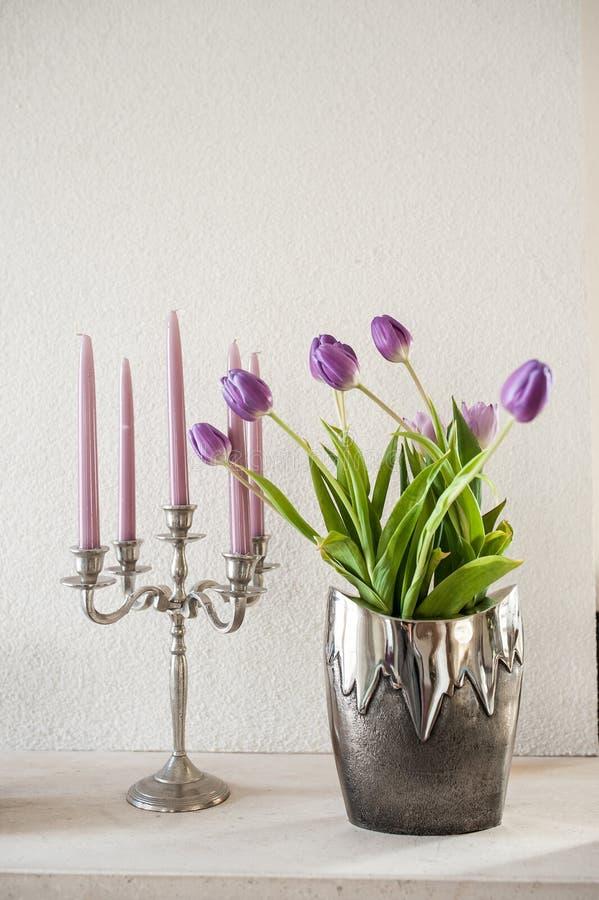 Тюльпаны винтажного украшения фиолетовые в серебряной вазе металла стоковые фотографии rf