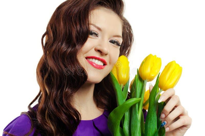 тюльпаны девушки желтеют детенышей стоковые фотографии rf