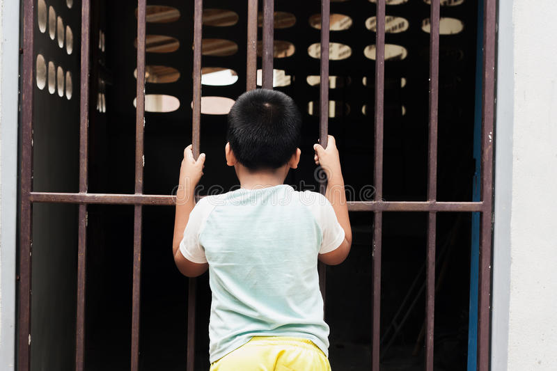 Тюрьма владением мальчика стоковые фотографии rf
