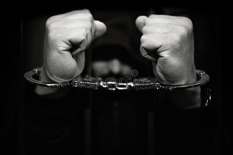 Тюрьма, человек в наручниках стоковые изображения