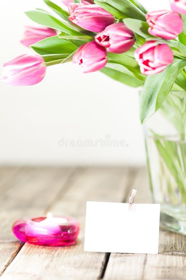 Тюльпаны в вазе и свече стоковое изображение