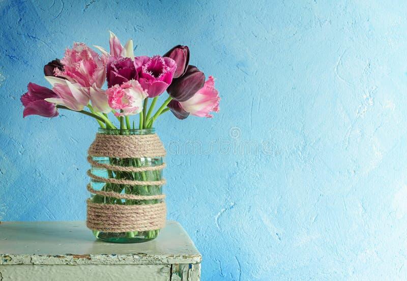 Download Тюльпаны в стеклянном опарнике Стоковое Фото - изображение насчитывающей никто, magenta: 40590796