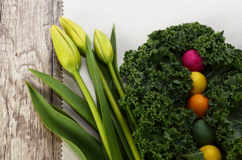 Тюльпаны, курчавая листовая капуста и красочная конфета стоковые фотографии rf