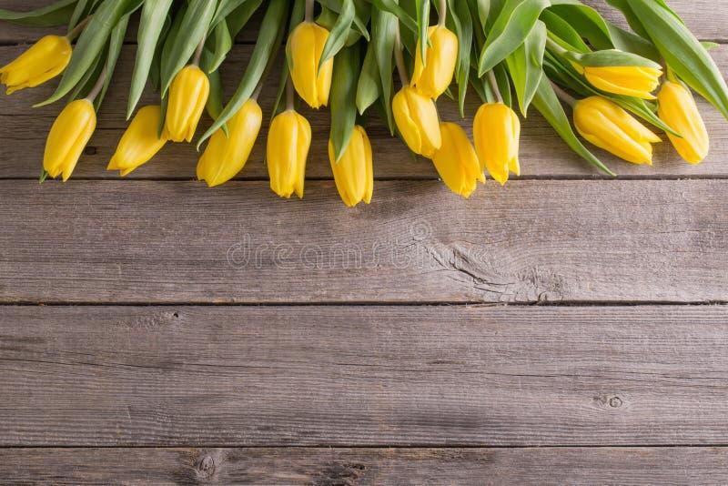 тюльпаны над предпосылкой деревянного стола стоковое фото rf