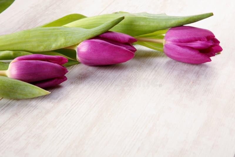 Тюльпаны на таблице стоковые изображения