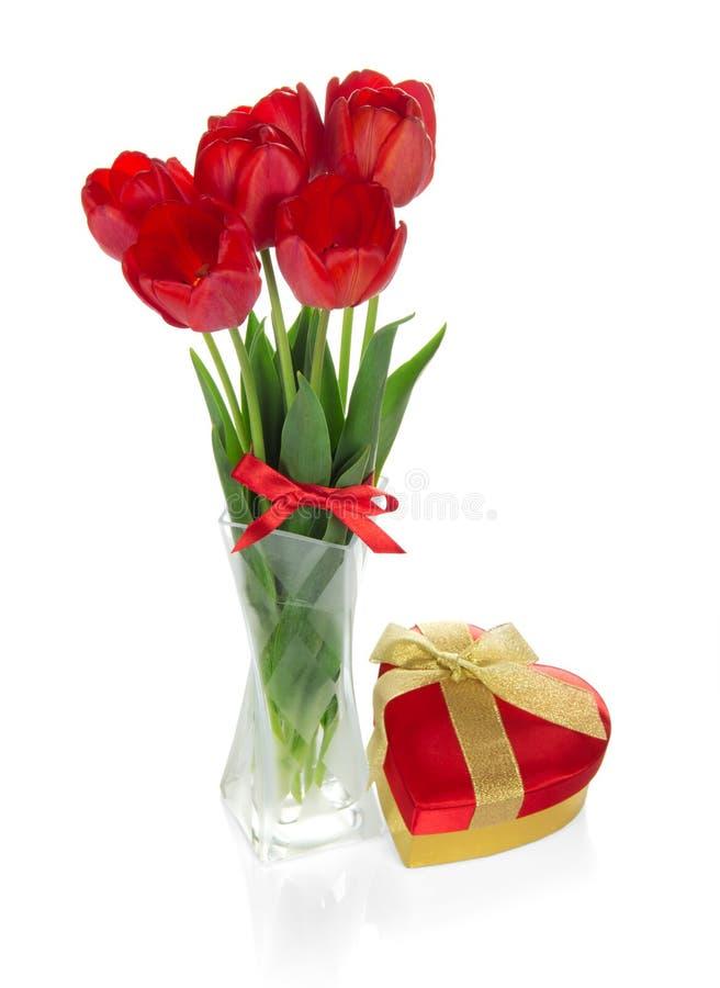 Тюльпаны с лентой и подарочной коробкой сердце стоковое изображение rf