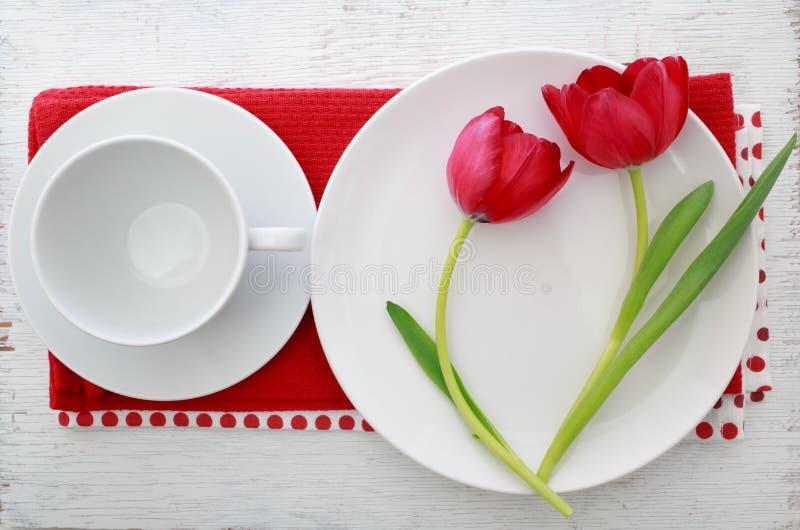 Тюльпаны с комплектом таблицы стоковое фото