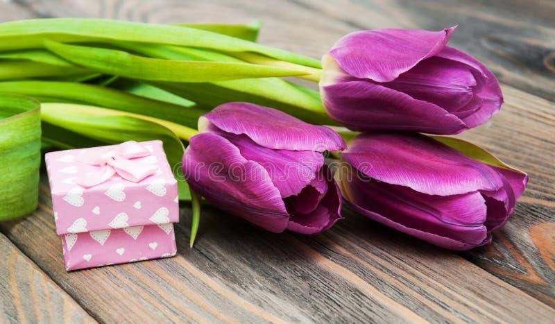 Тюльпаны с коробкой подарка стоковая фотография