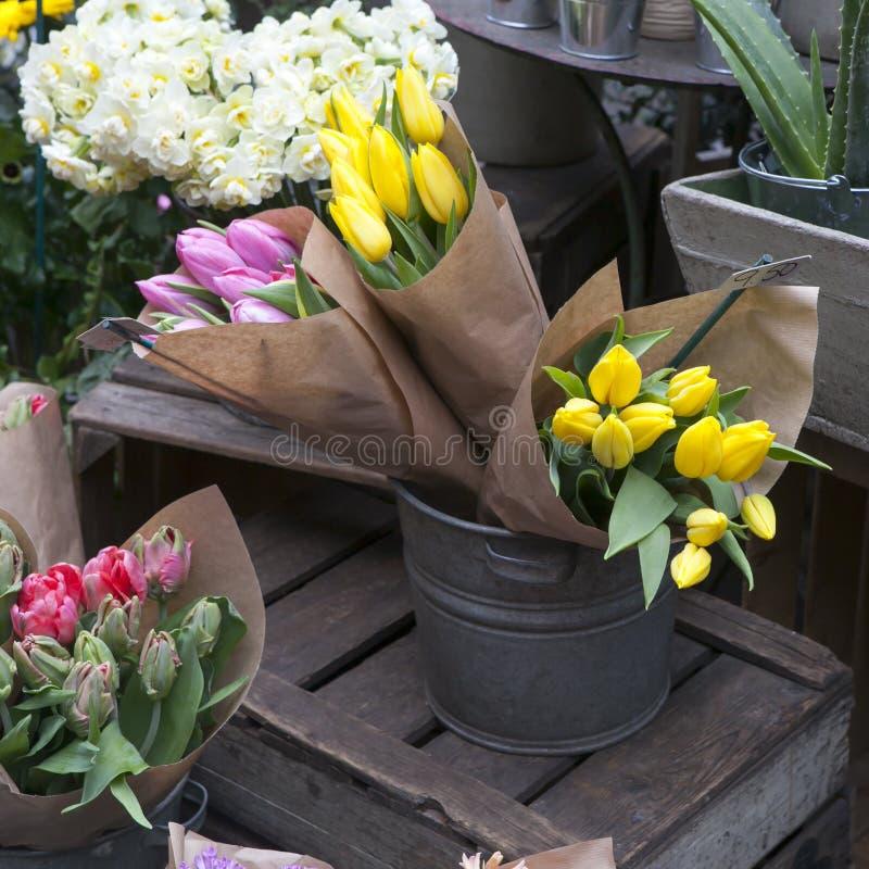Тюльпаны для продажи в рынке Hackney Лондоне цветка дороги Колумбии стоковая фотография