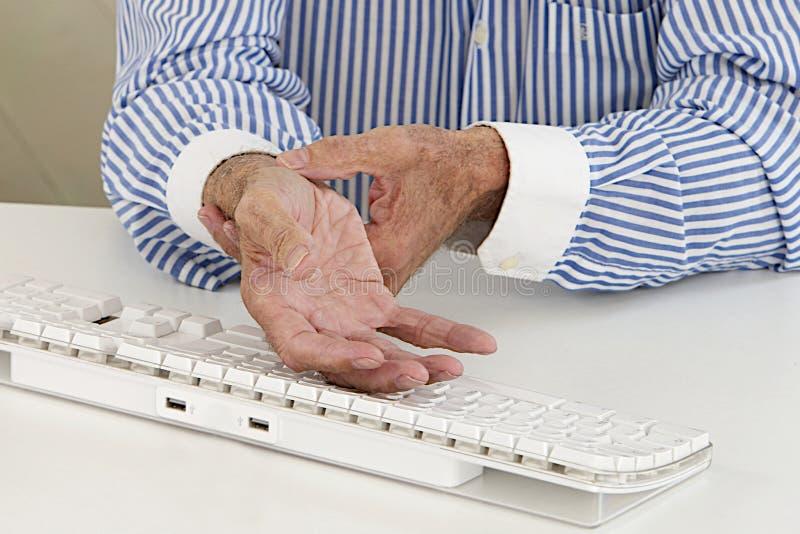 Тягостное запястье руки на пожилом человеке стоковое фото rf