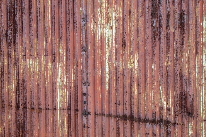 Тяжело гофрированный обнажал рыжеватую текстуру металла стоковые изображения