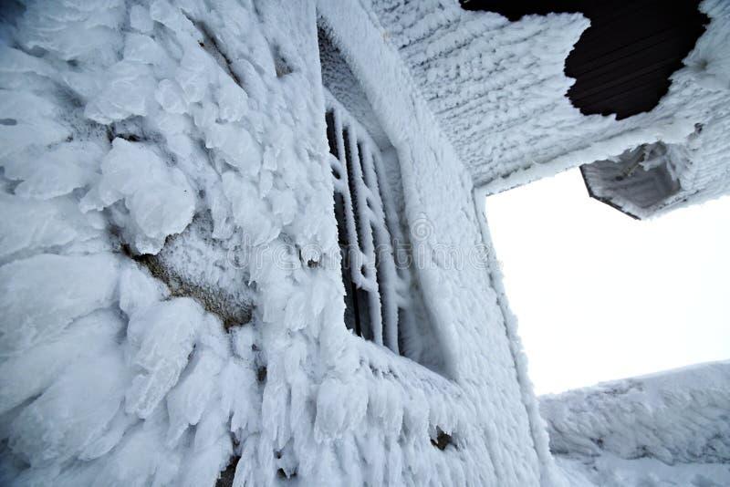 Тяжело, который замерли окно, большой заморозок на здании стоковое фото