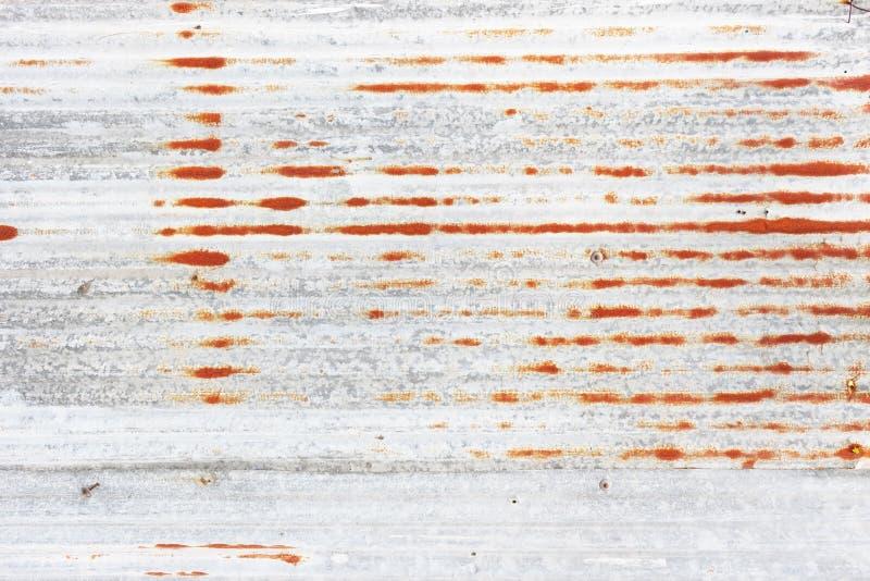 Тяжело несенная стена слезли красным цветом, который ржавая стоковое изображение