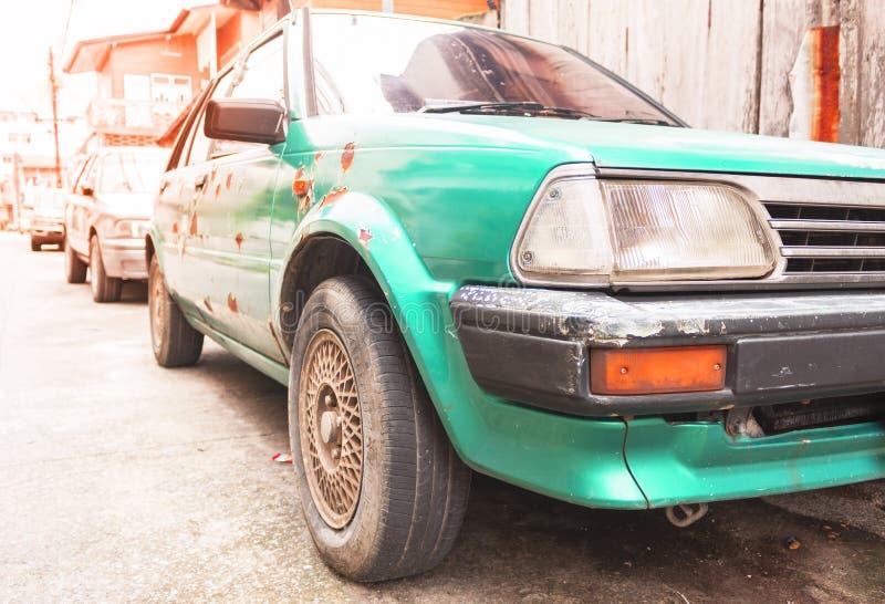 Тяжело несенный автомобиль слезли зеленым цветом, который ржавый старый стоковые фотографии rf