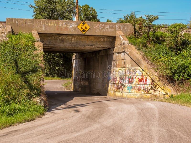 Тяжелые граффити на железнодорожном подземном переходе стоковое изображение rf