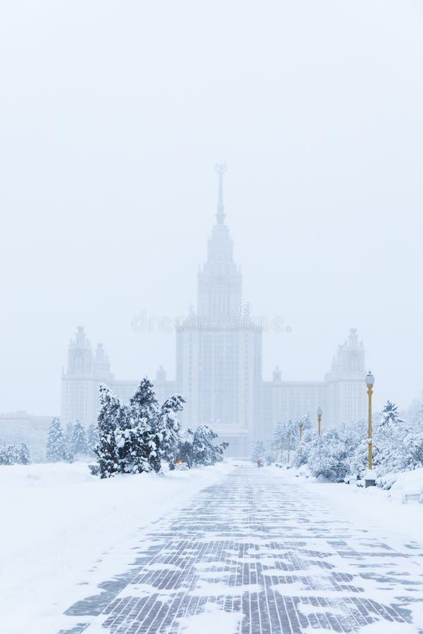 Тяжелые снежности в Москве дома и улицы во время вьюги стоковая фотография rf