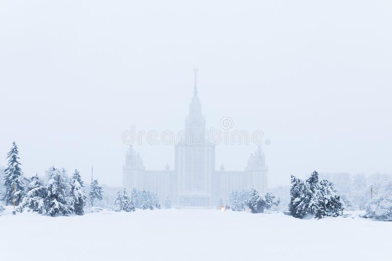 Тяжелые снежности в Москве дома и улицы во время вьюги стоковое фото