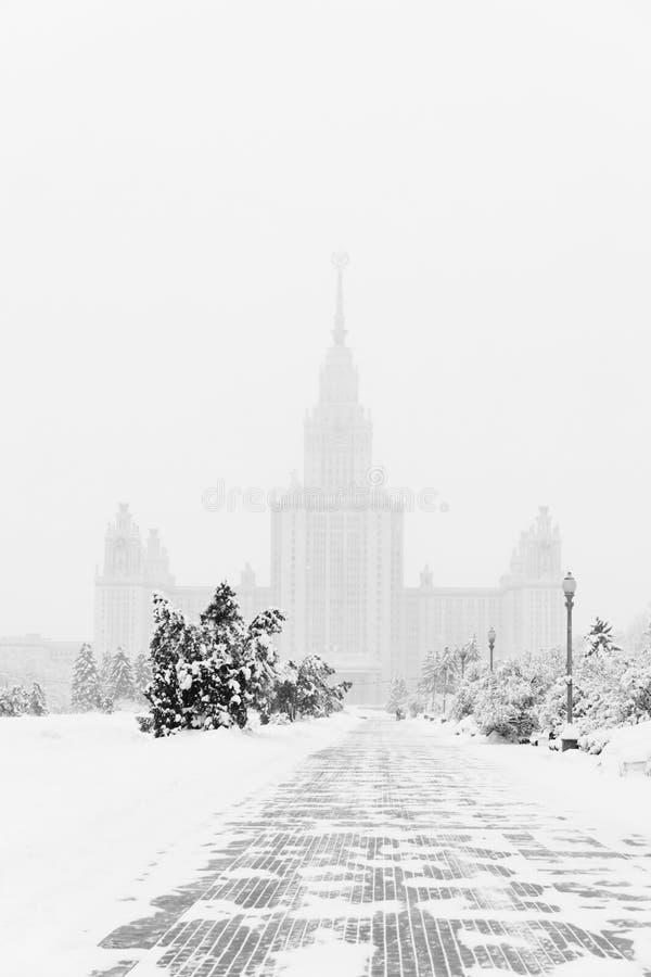 Тяжелые снежности в Москве дома и улицы во время вьюги стоковые фото