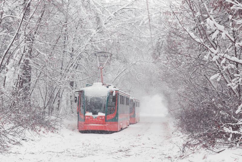 Тяжелые снежности в Москве покрытые Снег дороги и поврежденные линии электропередач во время снежности Сброс давления общественно стоковое изображение