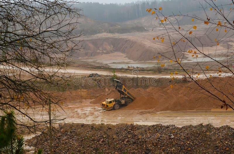 Тяжелый большой самосвал карьера Работа строительного оборудования в горнодобывающей промышленности Минералы продукции полезные стоковое фото rf