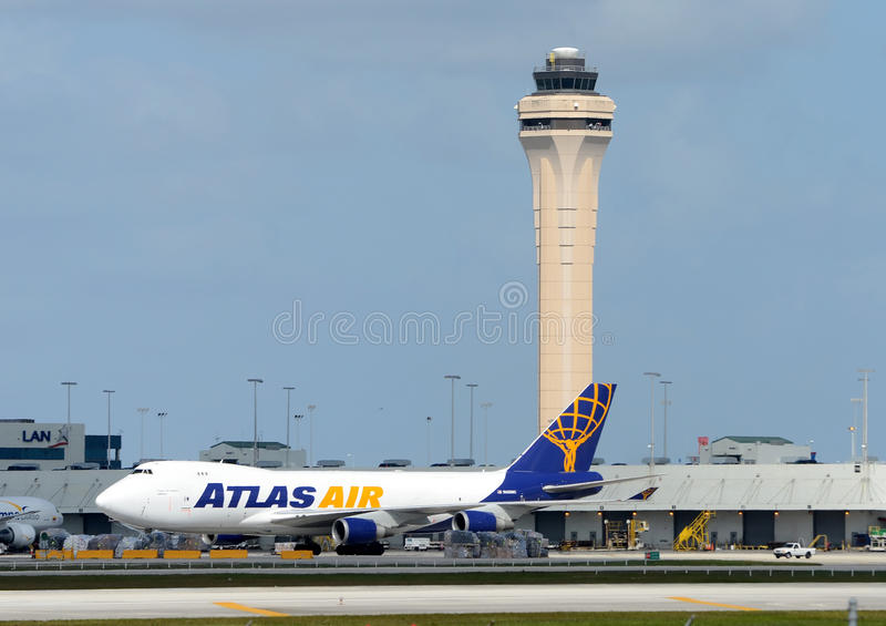 Тяжелый реактивный грузовой самолет на авиапорте Майами стоковые фотографии rf