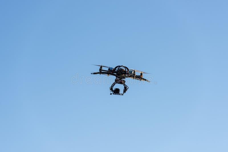 Тяжелый трутень с летанием камеры кино стоковое изображение