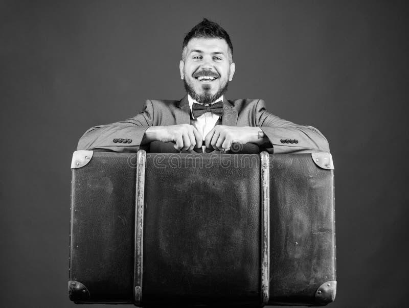 Тяжелый чемодан r Перемещение и концепция багажа Путешественник хипстера с багажем Страхование багажа Человек хорошо стоковые фотографии rf