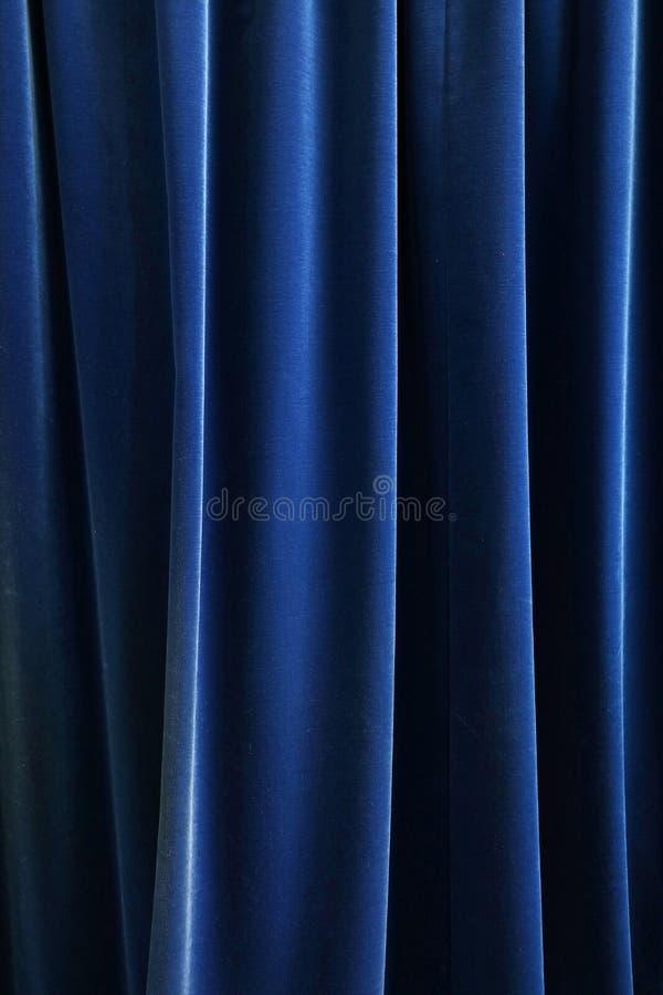 Тяжелая синяя плиссированная предпосылка занавеса ткани стоковая фотография rf