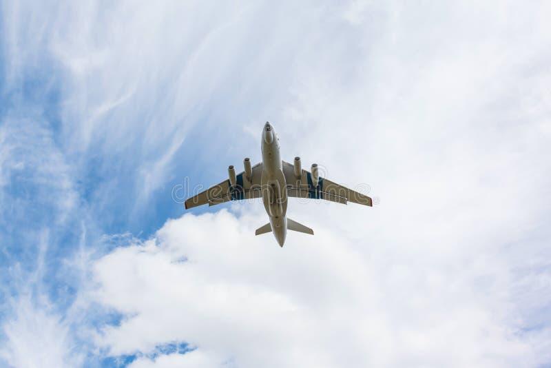 Тяжелое воздушное судно перехода принимает  стоковая фотография rf